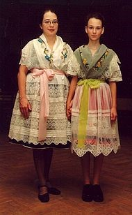 Serbołużyczanki wtradycyjnym stroju zeSzprowskiego Lasu